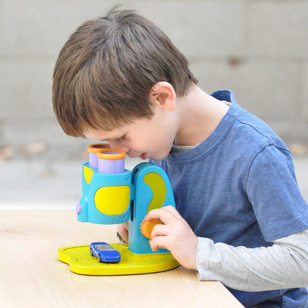Un enfant avec un microscope